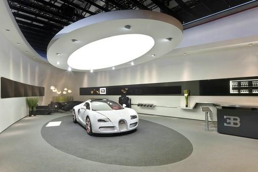 Der Messestand von Bugatti auf der China Messe in Peking 2012