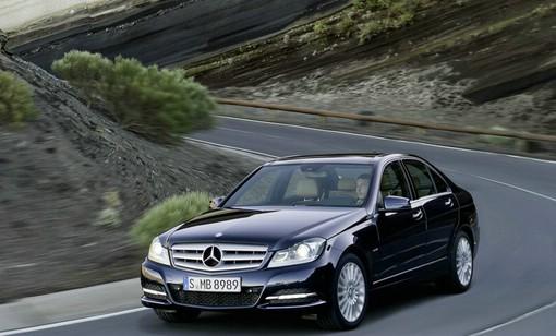 Mercedes-Benz C-Klasse in dunkler Farbe (Fahraufnahme)