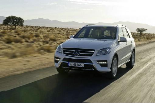 Die Frontpartie der Mercedes-Benz M-Klasse (Farbe Weiss)