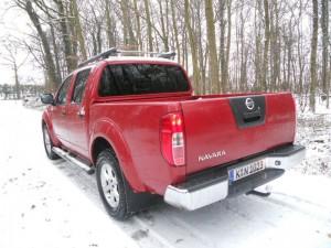 Nissan Navara in Rot auf Schnee