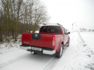 Roter Nissan Navara in der Heckansicht