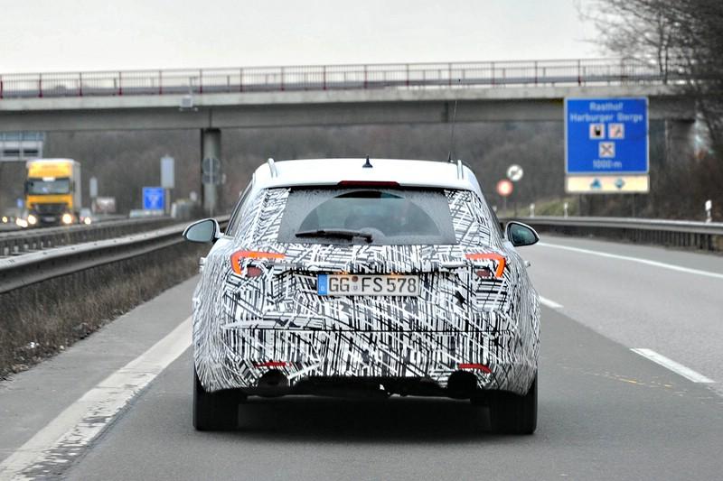 Getarnter Opel Insignia auf der Autobahn. Foto: UnitedPictures/Auto