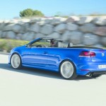 Blaues Volkswagen Golf R Cabrio 2013 in der Heckansicht