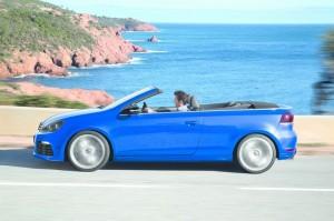 Das neue Volkswagen Golf R Cabrio in Blau in der Seitenansicht