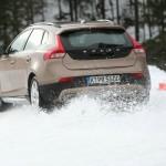 Volvo V40 Cross Country auf Schnee in der Heckansicht