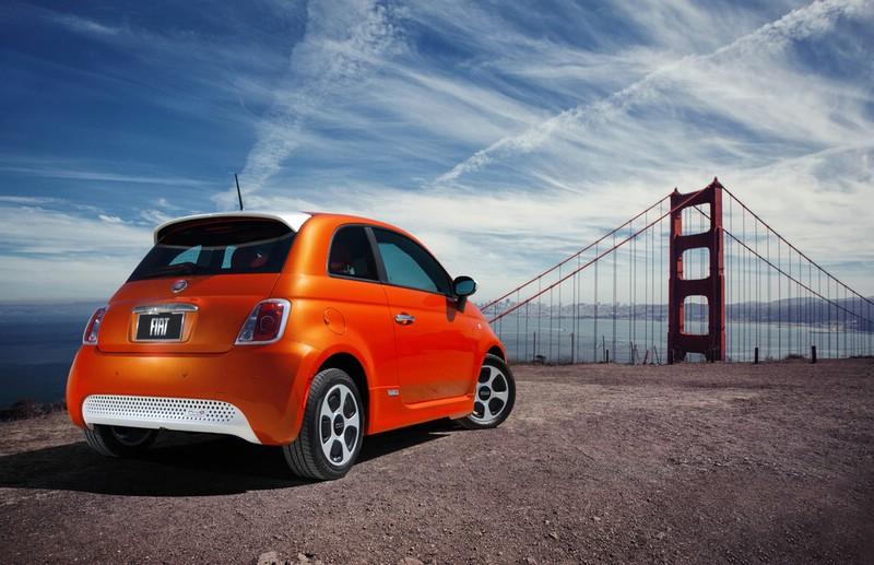 Fiats Elektrofahrzeug 500e in der Heckansicht