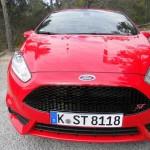 Der Kühlergrill eines roten Ford Fiesta ST (2013)