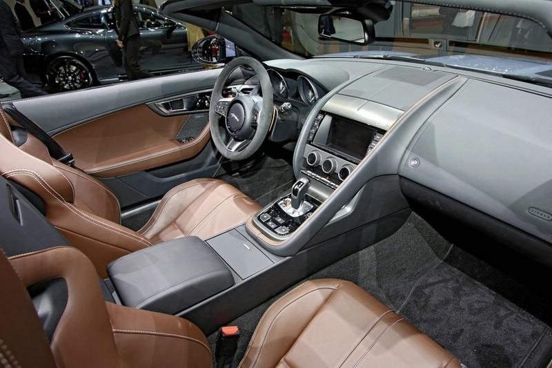 Der Innenraum des Jaguar F-Type mit viel Luxus