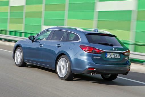 Blauer Mazda6 Kombi in der Seiten- Heckansicht