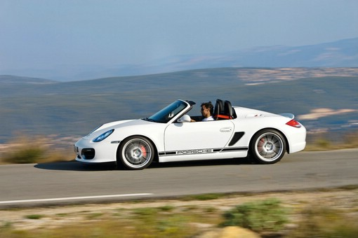 weisser Porsche Boxter Spyder in der Seitenansicht