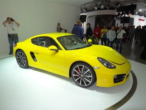 Gelber Porsche Cayman auf einer Messe