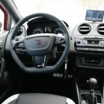 Das Cockpit des Seat Ibiza Cupra