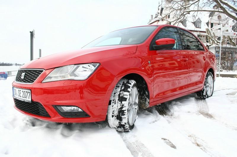 Seat Toledo (Typ NH) in rot auf Schnee