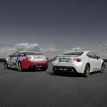 Die Toyota GT86 Cup Edition neben der Rennversion des Sportwagens