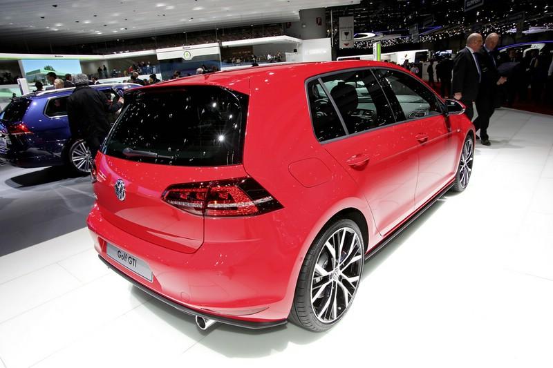 roter Volkswagen Golf7 GTI in der Heckansicht - Genfer Autosalon 2013