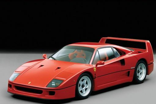 roter Ferrari F40 in der Front- und Seitenansicht