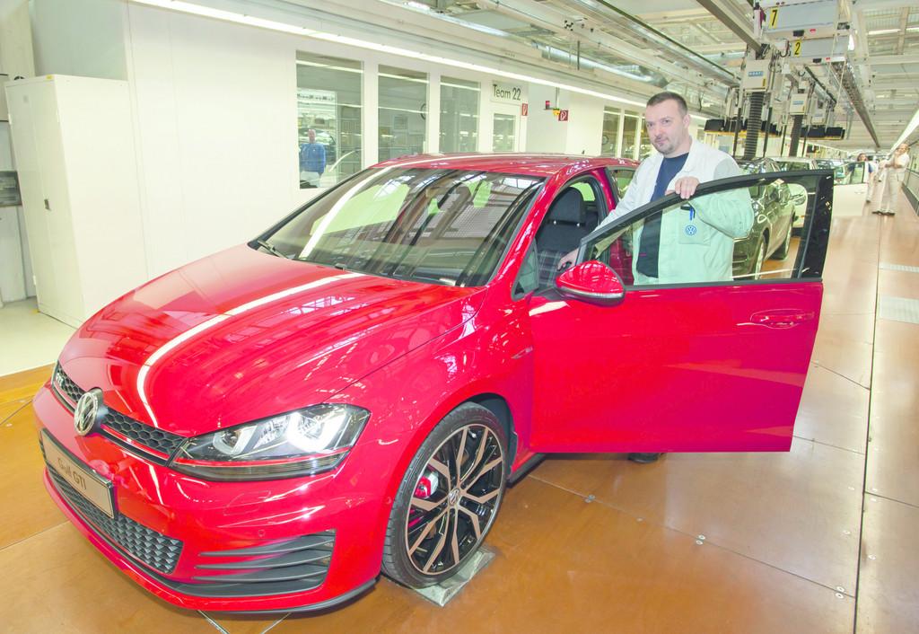 Roter Volkswagen Golf GTI im VW-Werk Wolfsburg