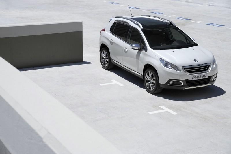 weißer Peugeot 2008 in der Front- Seitenansicht