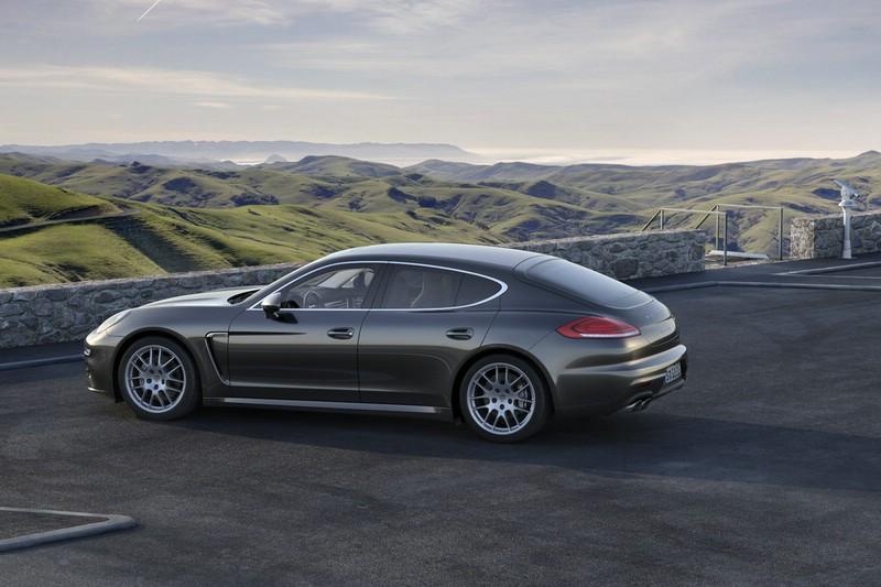2013er Porsche Panamera 4S in der Seitenansicht