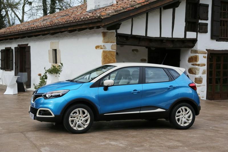 Blauer Renault Captur in der Seitenansicht