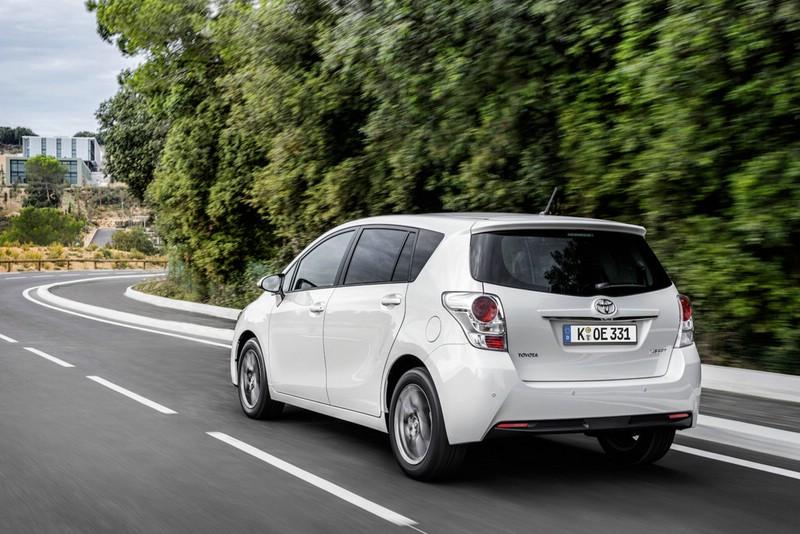 Weißer Toyota Verso in der Hecknasicht