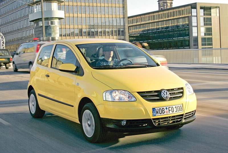 Volkswagen Fox in gelb in der Frontansicht