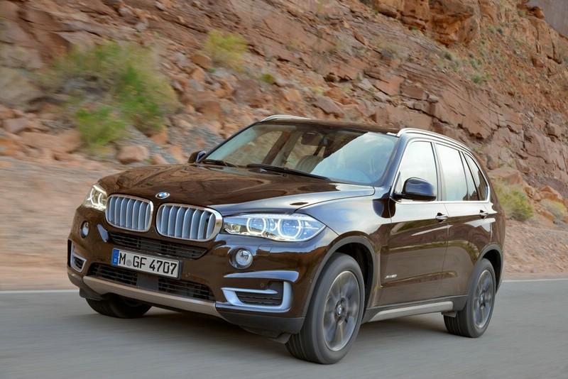 Die Front und Seitenpartie des neuen BMW X5