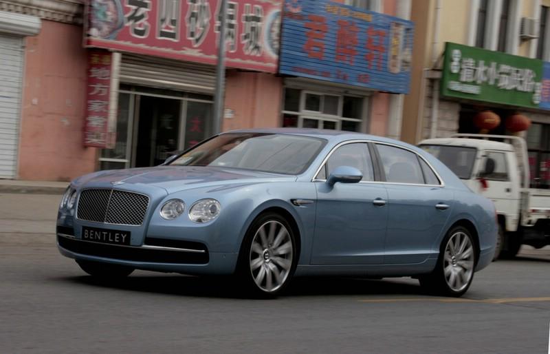2013er Bentley Flying Spur in der Front- Seitenansicht