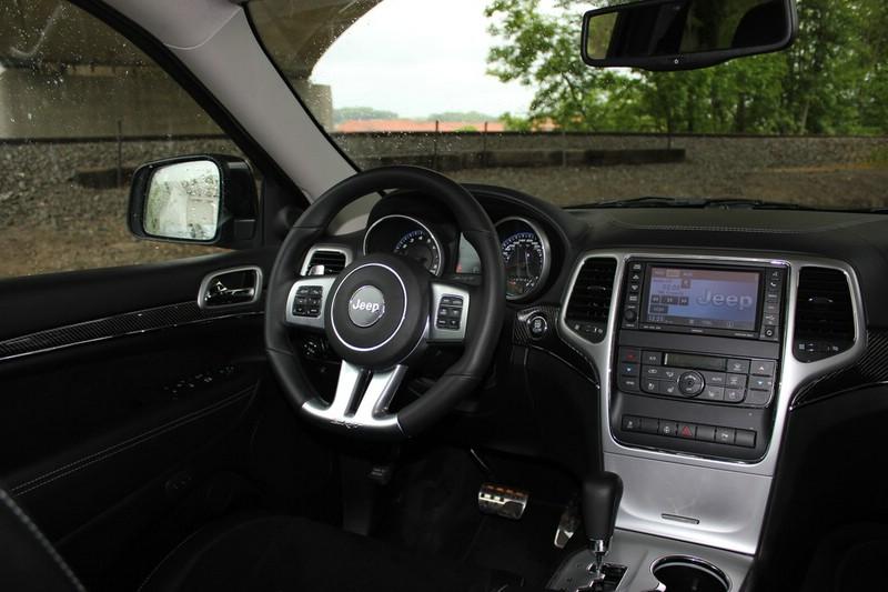 Die Mittelkonsole des Jeep Grand Cherokee SRT8