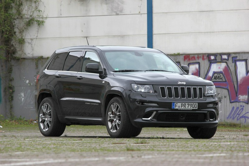 2013er Jeep Grand Cherokee SRT8 in der Frontansicht