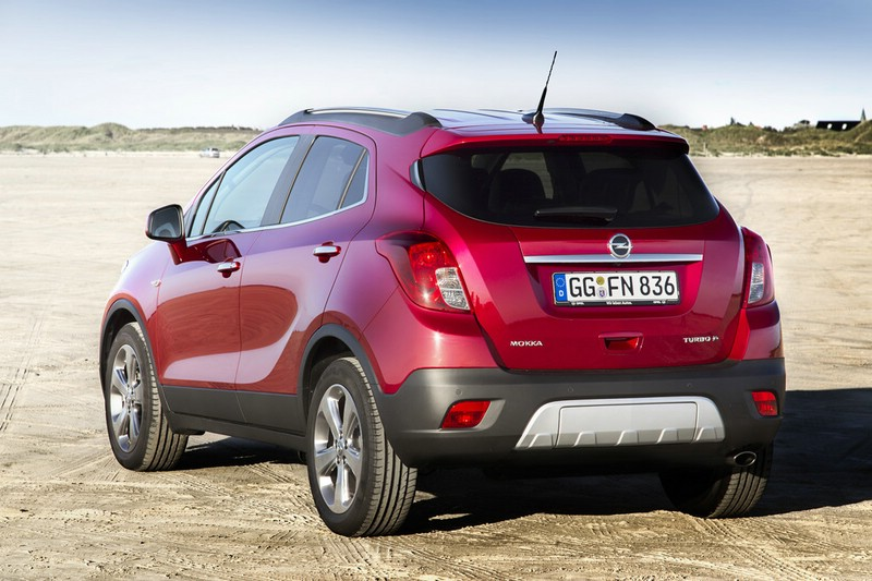 Die Heckpartie des Opel Mokka in rot