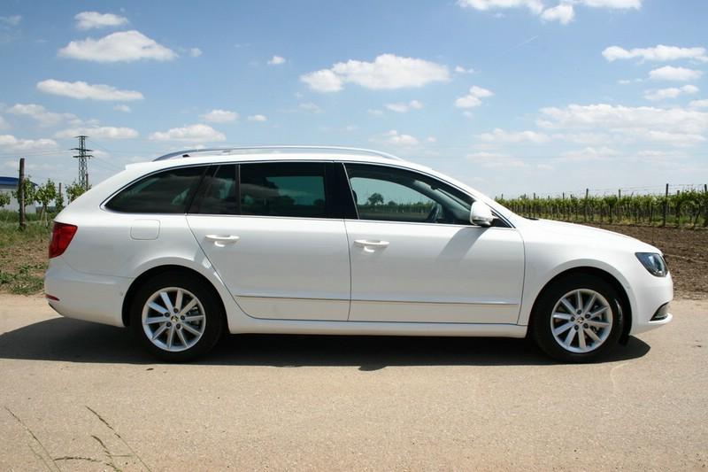Skoda Superb als Kombi Facelift 2013 in weiss
