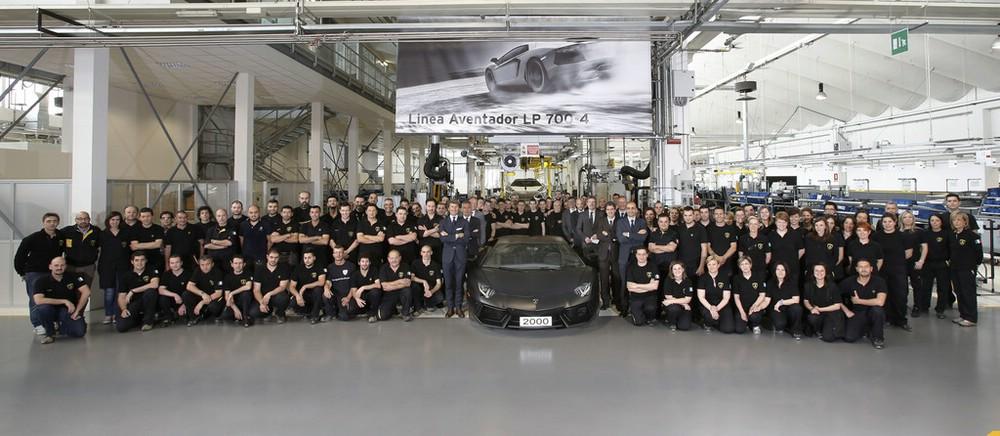 Die Mitarbeiter präsentieren den 2000sten Lamborghini Aventador LP 700-4
