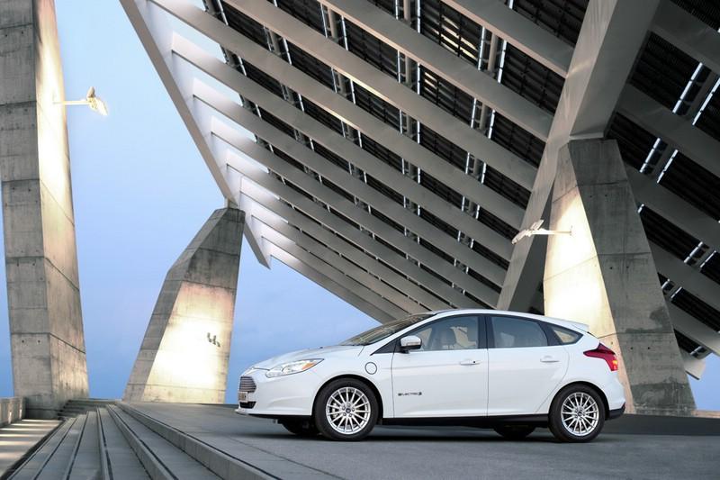 Die Seitenpartie des Ford Focus Elctric (Weiß, 2013)