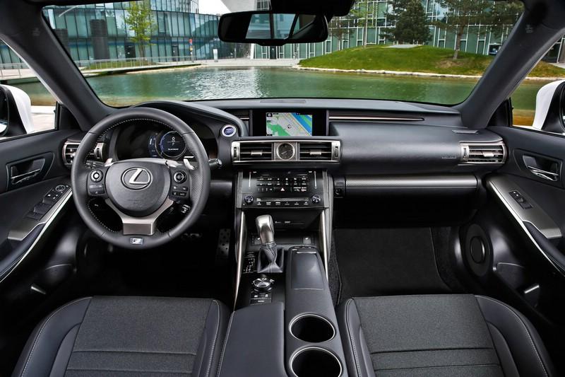 Der Innenraum des Lexus IS mit Leder und Navi