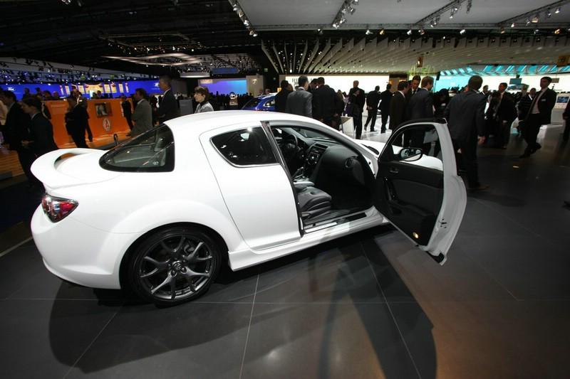 Mazda RX8 in Weiß in der Seitenansicht