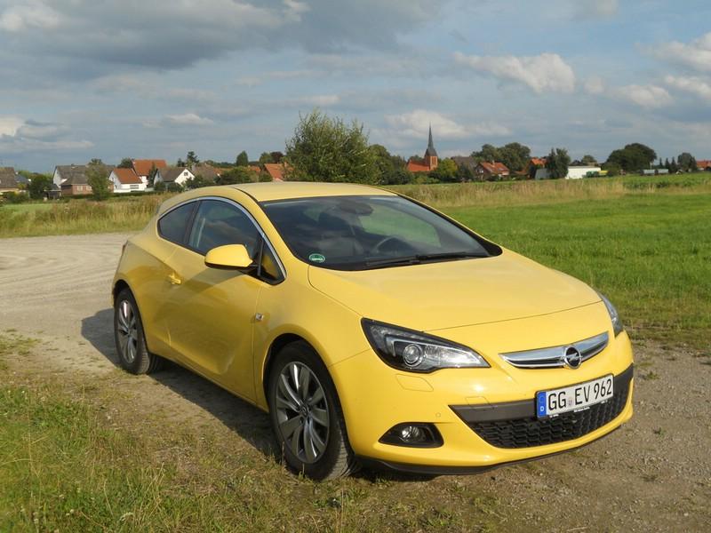 2013 Opel Astra GTC in gelb in der Frontansicht