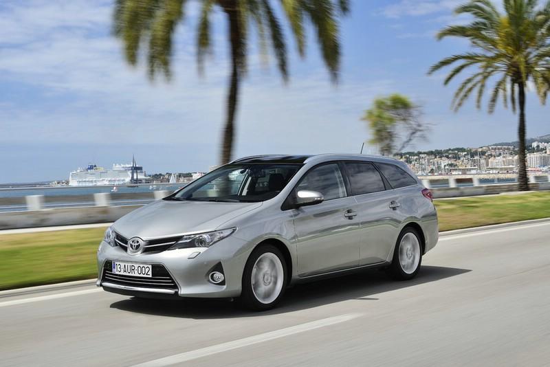Toyota Auris Touring Sports 2013 in der Front- Seitenansicht (Fahraufnahme)