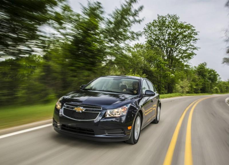 schwarzer Chevrolet Cruze in der Frontansicht