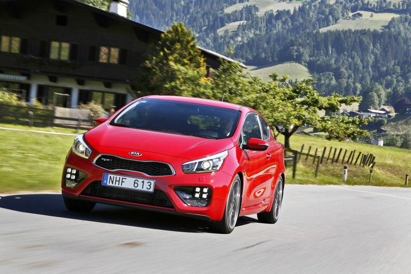Roter Kia Pro Ceed GT in der Frontansicht (Fahraufnahme)