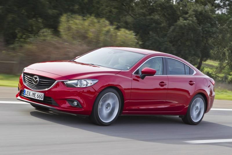 2012er Mazda6 Limousine in rot in der Front und Seitenansicht