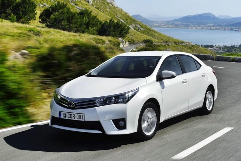 2014er Toyota Corolla.in weiß in der Front- Seitenansicht