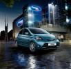 Blauer Toyota Aygo in der Frontansicht