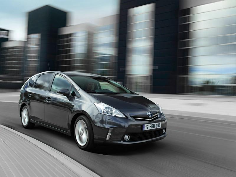 Toyotas Hybrid-Van Prius + in schwarz