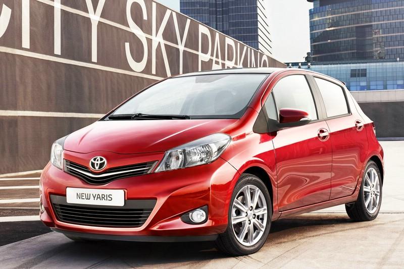 Roter Toyota Yaris in der Frontansicht