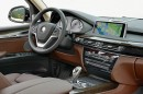 Das Cockpit des BMW X5 xDrive 50i mit Navi an Bord