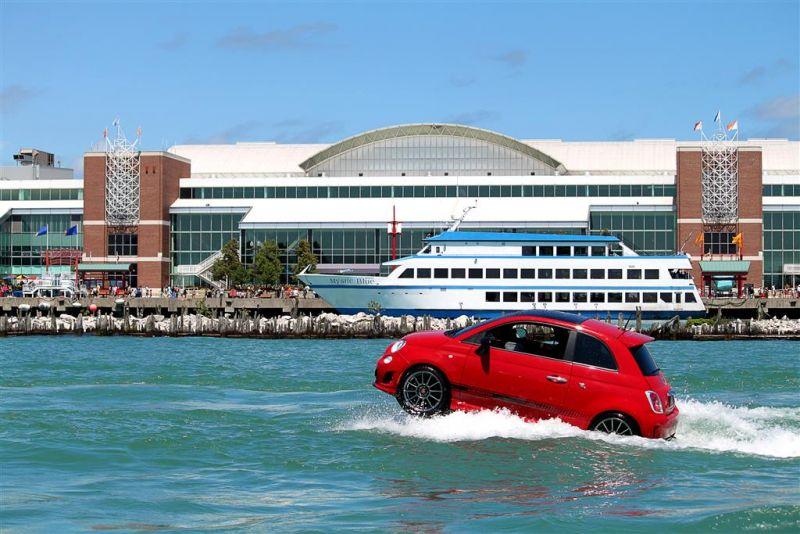 Schwimmender Fiat 500 in rot