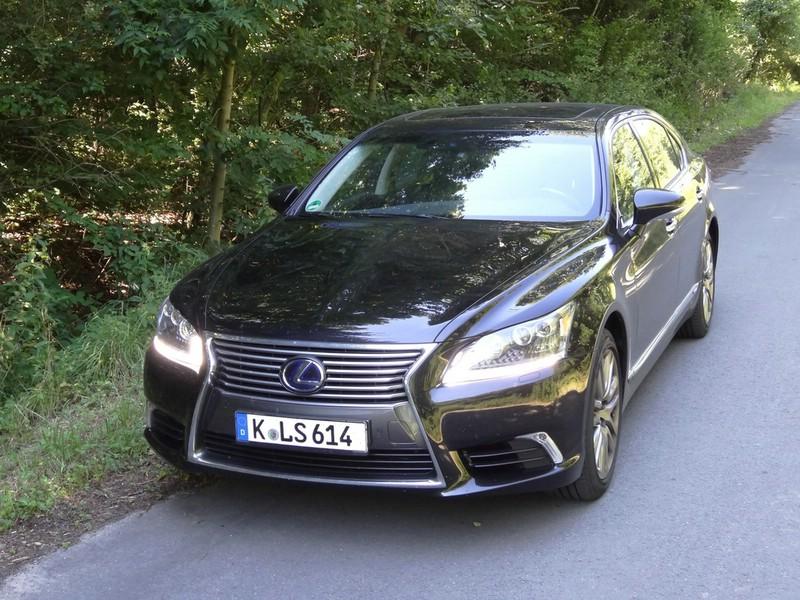 schwarzer Lexus LS 600h L mit 19 Zoll Felgen