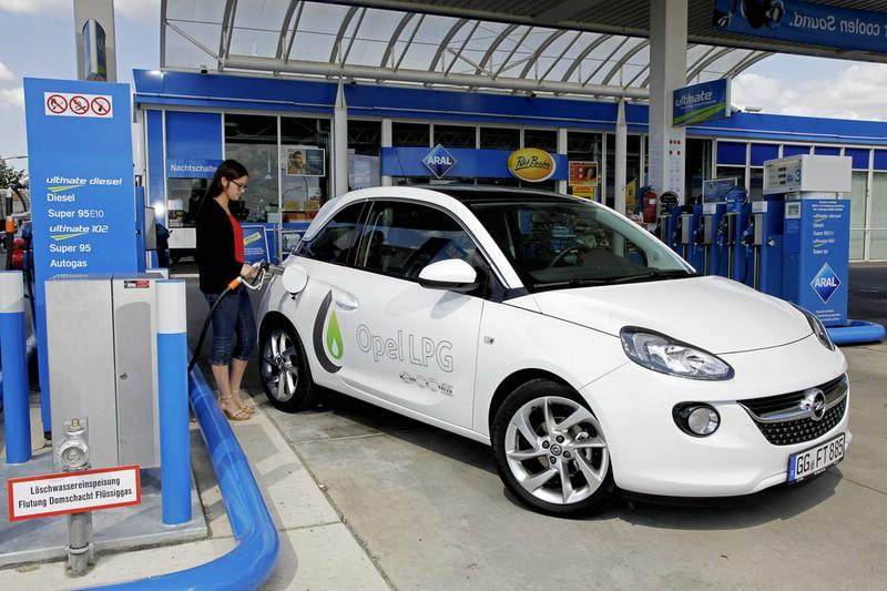 Opel Adam 1.4 LPG Ecoflex an der Tankstelle