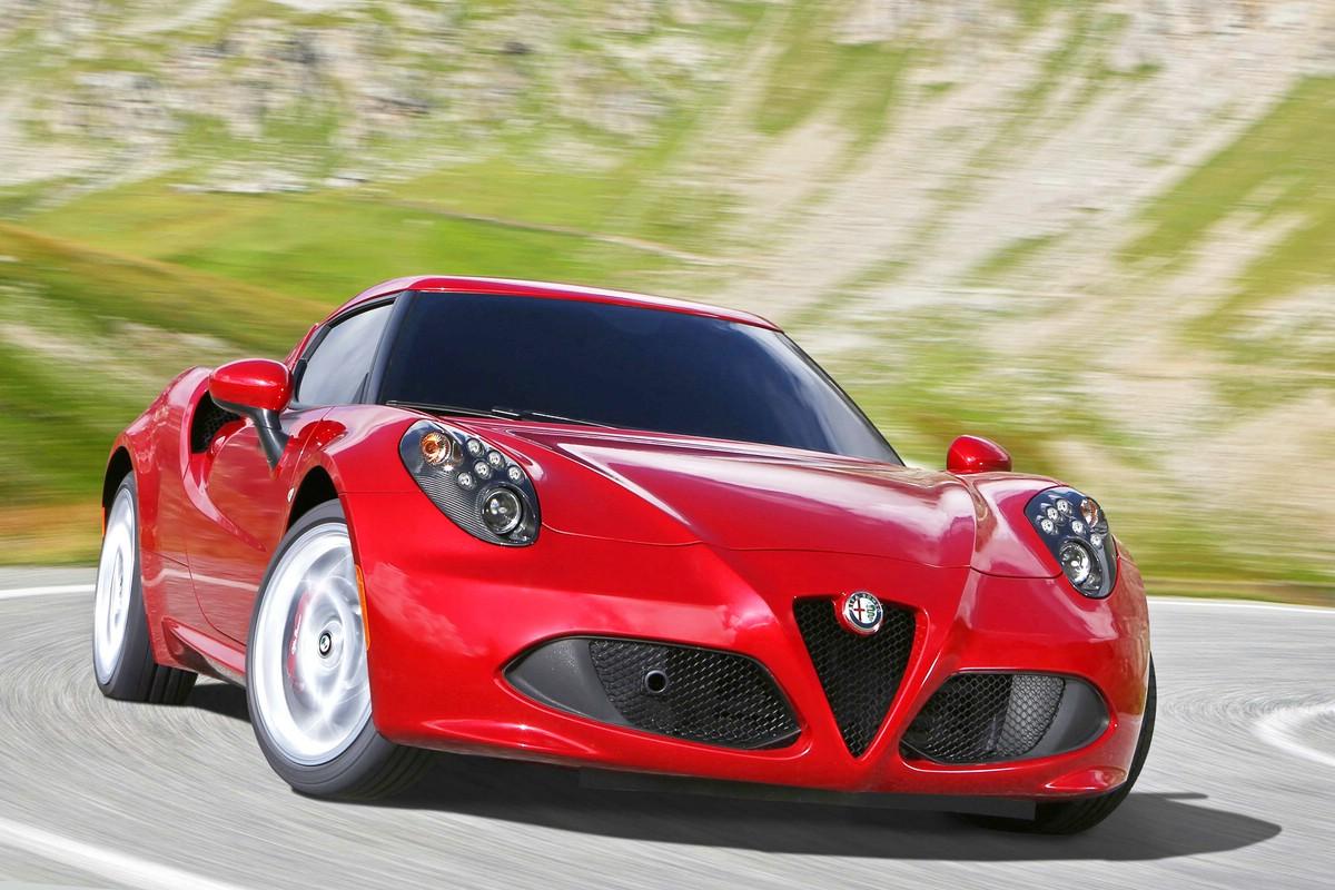 Alfa Romeo 4C in Ferrari-Rot in der Frontansicht